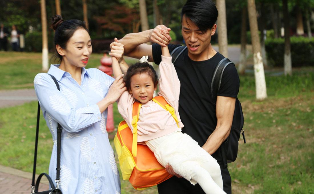 2014年,肖雪峰和文艳有了女儿,一家三口其乐融融。图为肖雪峰一家三口在一起。(连迅 摄)