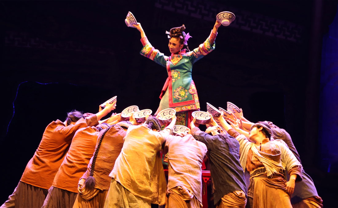 2018年,文艳在大型舞剧《江湖》中出演女二号角色,获得多方好评。肖雪峰说妻子通过努力做到了很多人做不到的事,让他很佩服。图为文艳演出《江湖》剧照。(连迅 摄)
