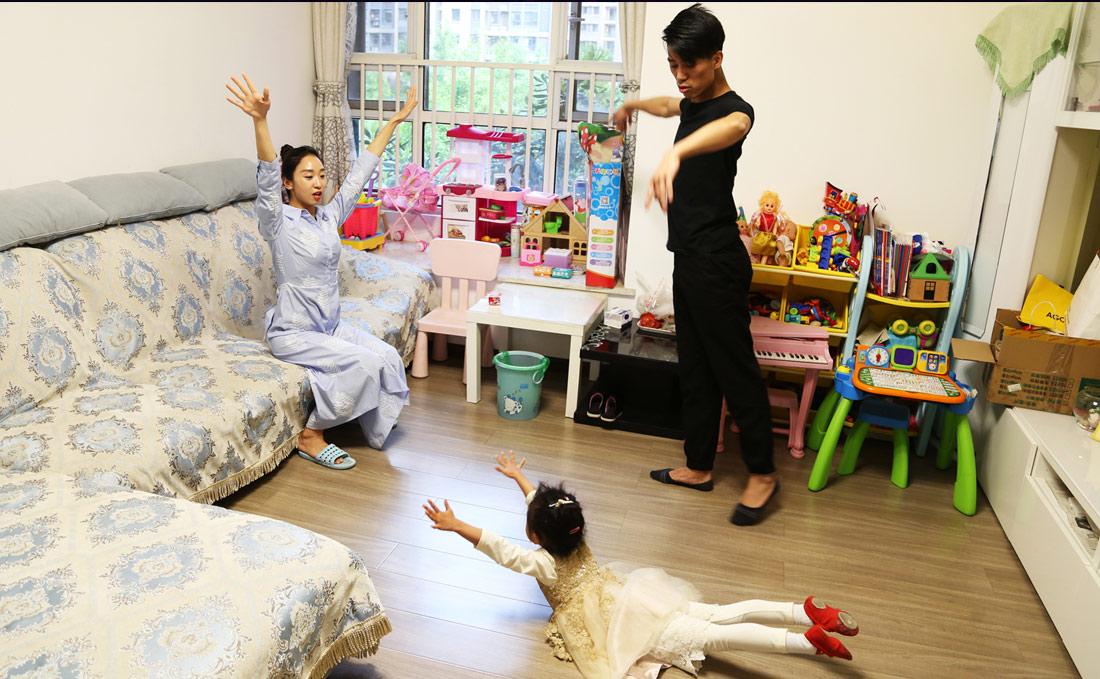 如今肖雪峰的女儿已经快四岁了。受父母影响,小孩子也对舞蹈充满喜爱。在家里,肖雪峰夫妻会教女儿一些基本舞蹈动作,也会和女儿一起翩翩起舞。(连迅 摄)