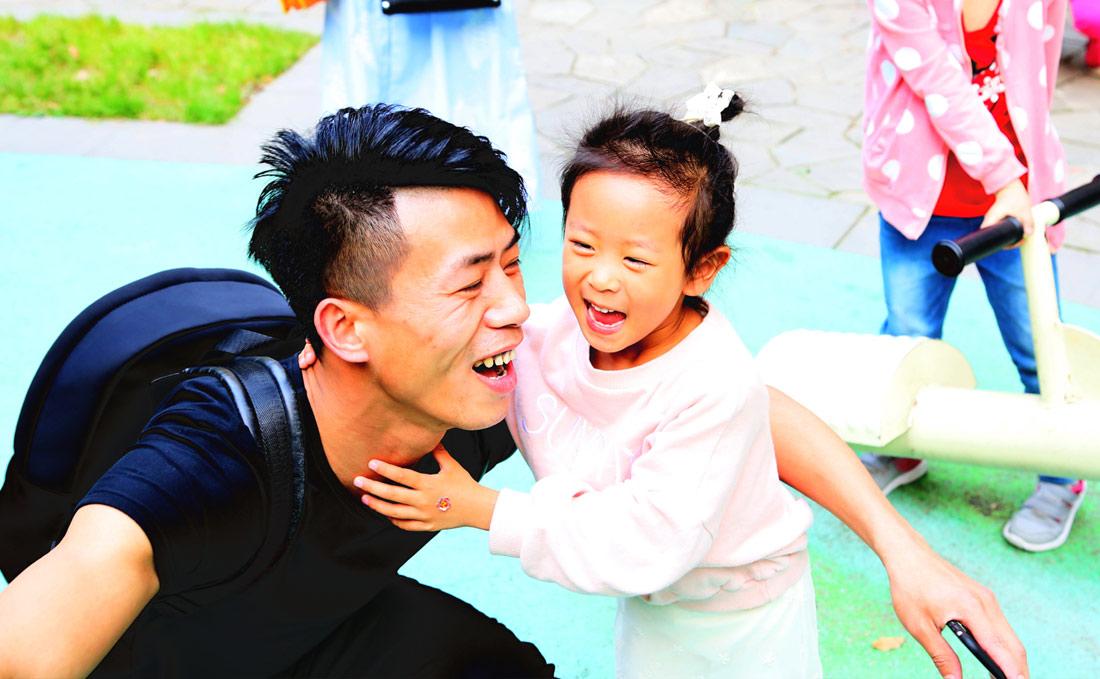 肖雪峰和女儿在一起。(连迅 摄)