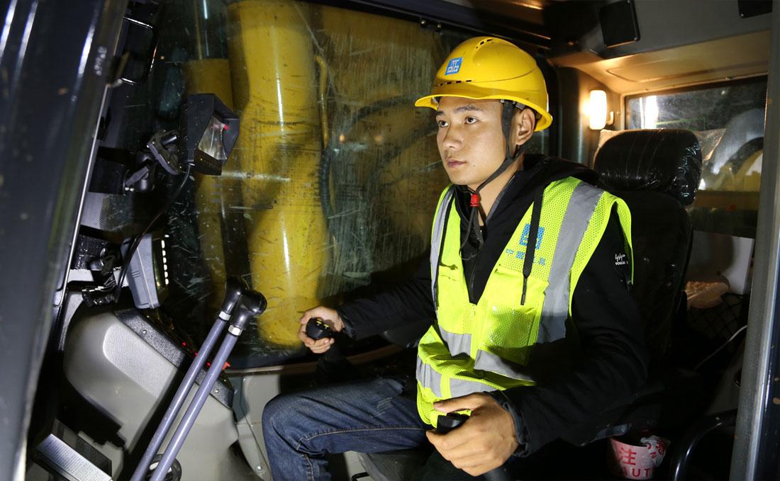 90后青年舒良旺是中建三局大东湖核心区污水传输系统工程项目工地的一名旋挖钻机操作手,从事夜间作业是他的工作。(连迅 摄)