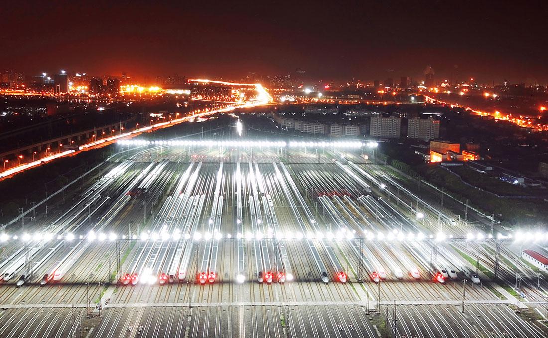 图为航拍必发365国际娱乐动车检修基地深夜灯火通明。(欧阳小洁 摄)