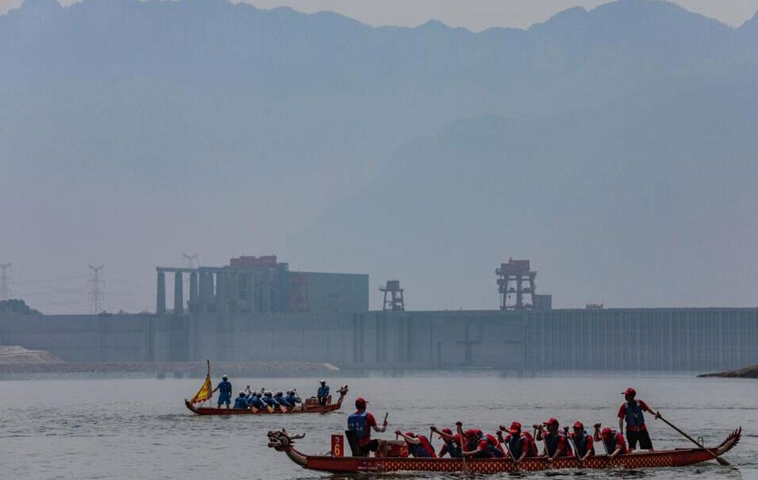 圖為2018年屈原故裏龍舟賽比賽現場。新華網發 何宇欣 攝